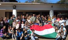 csoportkép magyar zászlóval