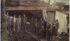 Dolgozók a Darr bánya bejárata előtt