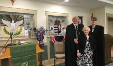 Imaterem, a képen: a Bethlen Közösség lelkésze, orgonistája és a Kálvin Zsinat Egyházkerület ösztöndíjasa háttérben a magyar címerrel