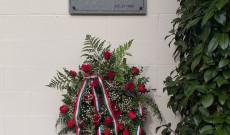 1956-os emléktábla a nanaimoi Magyar Ház falán