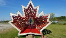 A Hello Wood installációja a niagara falls-i Árpád Hall udvarán