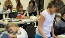 Kézműveskedés, háttérben a rajzkiállítással