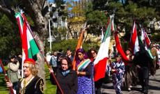 Benedekné Micsinay Marika a magyar zászlóval