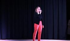 Patócs Joanna énekel