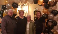 Szilveszteri Lufikapu alatt Miskei plébánossal, Szőke Maggie mentorommal és Miskei Margit nénivel