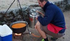 Szakácsunk főzés közben