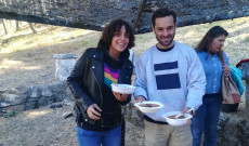 Spanyol fiatalok gulyát kóstolnak