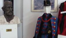 Garibaldi mellszobra és katonai egyenruha