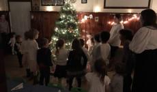 Óvodások a karácsonyfa körül a garfieldi Bodnár Gábor Cserkészházban