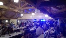 Tele a tánctér: a mikrofonnál Party Service zenekar