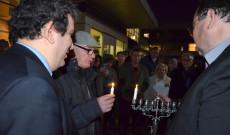 Hanuka gyertya gyújtása Torontóban a magyar-zsidó közösséggel a Prosserman JCC épülete előtt