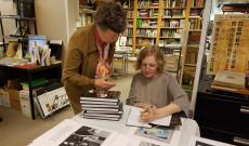 A szerző dedikálja könyvét