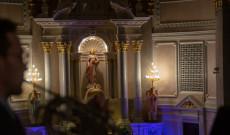 Szent Erzsébet oltárszobra, az előtérben Nathanel Minor