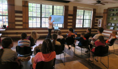 A balatoni régióról tartott előadást hallgatják a gyerekek