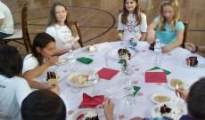 A gyerekek asztala és a torta