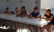 Gyerekek palacsinta evő versenye