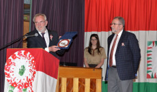 Pánczél Károly országgyűlési képviselő ajándéka Demeter Andrásnak, a Chicagói Magyar Klub elnökének
