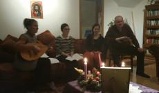 Az imádságot kötetlen testvéri együttlét követi