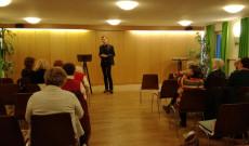 Kajtor Domonkos jezsuita szerzetes előadást tart a Müncheni Misszión