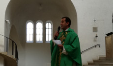 Csibi Sándor, az augsburgi Szent László Magyar Katolikus Misszió plébánosa tartott szentmisét a jelenlévőknek