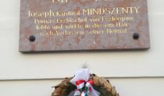 Mindszenty-emléktábla a bécsi Pázmáneum bejáratánál