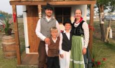 Népviseletben családjával