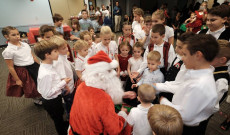 A Mikulás az austini magyar gyermekekkel körbevéve