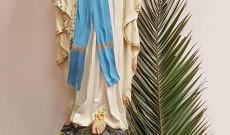 Pálmával díszített Mária szobor