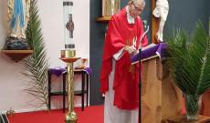 A pap vörös színbe öltözik, a vér színébe