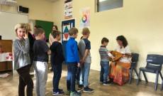 A gyerekek a kobozzal ismerkednek