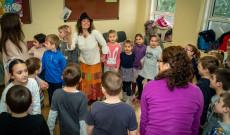 Gebri Bernadett mesél és játszik az iskolásokkal