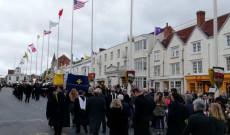 zászlóbontás a menet végállomásán