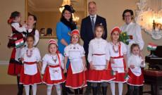 Birminghami Magyar Tanoda gyermekei és a nagykövet