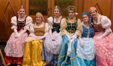 Lányok a Palotás tánc elott izgatott várakozásban
