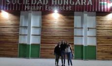 A Magyar Egyesület előtt a paraguayiak