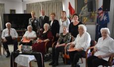 Magyar állam delegáltjai és az Árpád Aged Care dolgozói, lakói