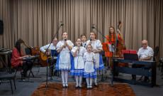 Kultúrkörös gyerekek a MagyaRock Band kíséretével.