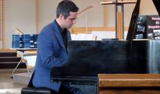 A művész zongorajátékával kápráztatta el az ünneplő közönséget