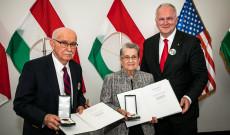 Mr Alexet és feleségét 2019 októberében kitüntették az Arany Érdemkereszt elismeréssel