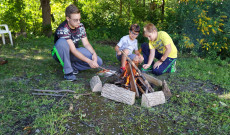 A fiúk hamar megrakták a tüzet a finom szalonnához.