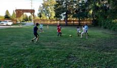 Nagy öröm a fiúknak a foci.