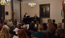 Varga János rektor köszönti Ott Éva művésznőt és a közönséget