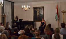 Illés Teréz énekesnőt Bencsik Erzsébet kísérte zongorán
