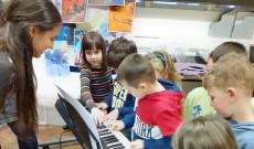 Szűcs Fruzsina különleges zeneórája a Zsigmond Király Magyar Iskolában