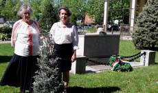 Szabó Erzsébet és Viski Enikő a nemzeti összetartozás fája mellett a a trianoni emlékmű előtt