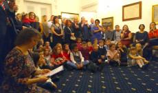 Diákok és szüleik a nagykövetségi rendezvényen