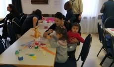 Szülők és gyerekek közösen alkotnak a zürichi cserkészek által felállított kézműves asztaloknál