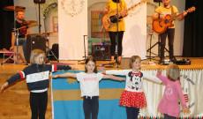 Dalölelő zenekar és a gyerekek