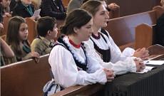 Cserkészlányok népviseletben