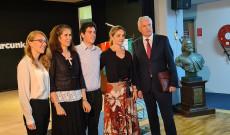 Ösztöndíjasok Dr. Mikola István nagykövet úrral és Harasta Emőke iskolaigazgatónővel